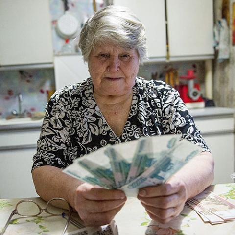 Эксперт РАНХиГС: реализация налогового маневра превратит пенсию в пособие по бедности