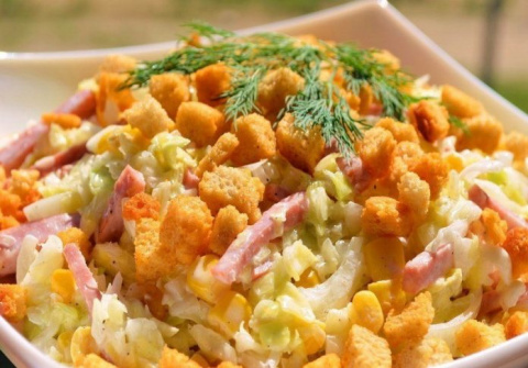 Свежий салатик с сухариками.…
