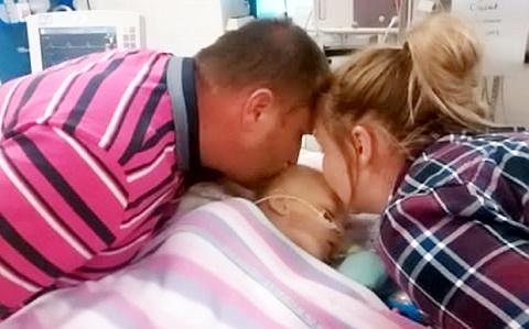 Родители уже попрощались с умирающей дочерью... Но вдруг случилось чудо!