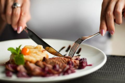 Ученые: Размер обеденного стола влияет на аппетит человека