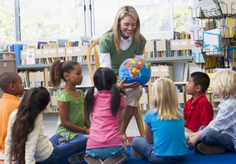 Воспитатель в детском саду п…