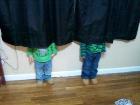 Дети играют в прятки 2