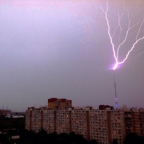 Удар молнии в Останкинскую телебашню