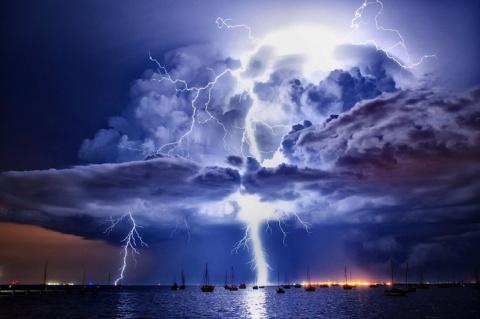 Красота стихии: облака и гро…