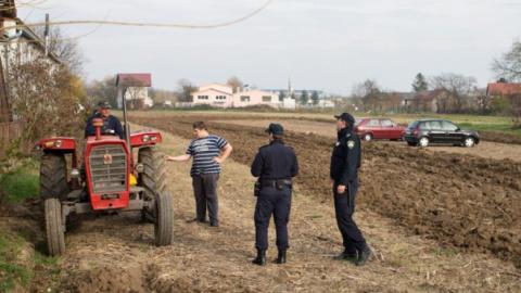 Фермер несколько раз просил оставить его в покое. Никто не обратил внимания, и тогда он пошел на крайние меры!