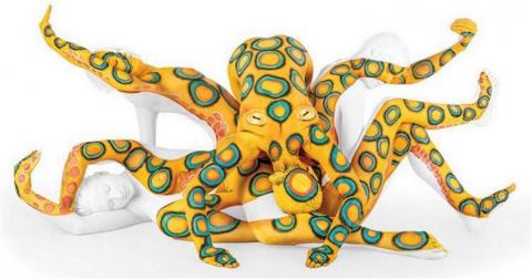 """Талантливая мастер боди-арта превращает супергибких """"людей-змей"""" в произведения искусства"""