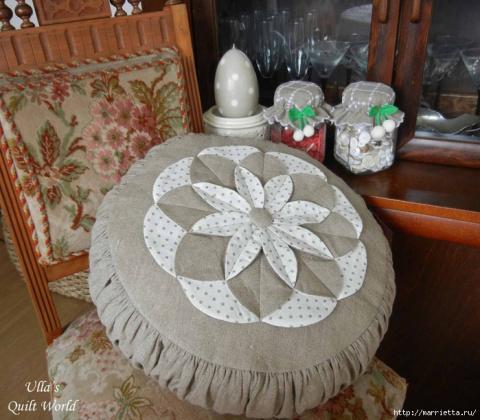Подушка с цветком в технике квилт