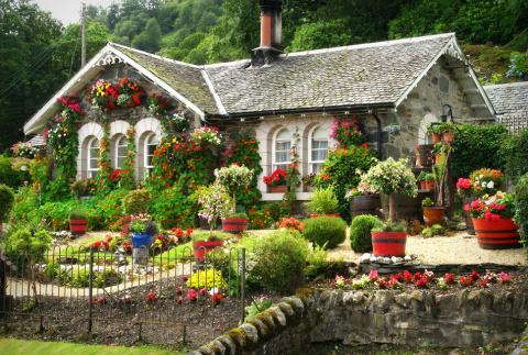 Живописная деревня на озере Лох-Ломмонд в Шотландии