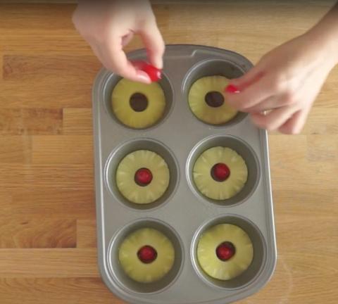 Она выложила колечки ананаса…