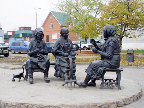 """Памятник """"Рукодельницы"""" в Урюпинске"""