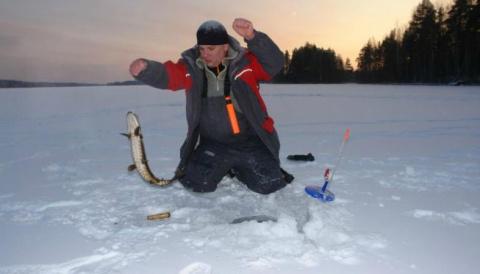 Карельские рыбаки, несмотря на лютые морозы, открыли сезон подледного лова