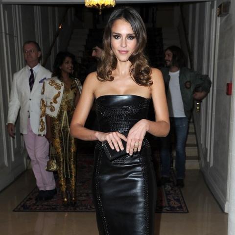 12 звездных советов, как носить кожаное платье и выглядеть потрясающе