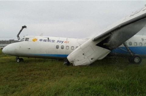 У китайского самолета МА60 при посадке оторвалось крыло