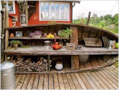 Открытые стеллажи из старой лодки