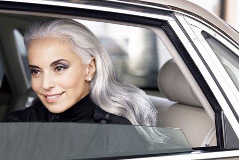 Красота не знает границ: 61-летняя модель выглядит элегантнее молодых девушек