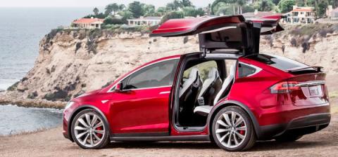 Компанию Tesla обвинили в не…