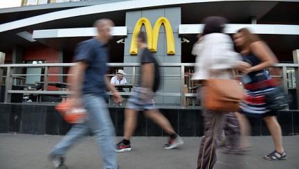 Москвич подал в суд на «Макдоналдс» за оторванный ноготь