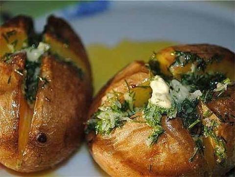 печеный картофель с чесночным маслом