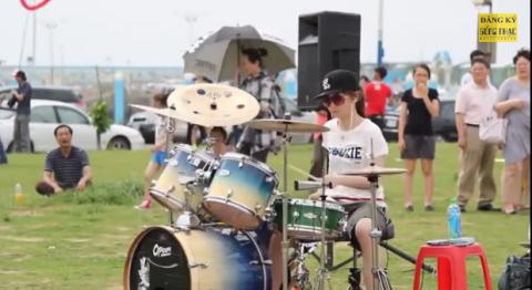 Эта хрупкая девушка разбила все стереотипы о игре на барабанах! Фантастическое зрелище!