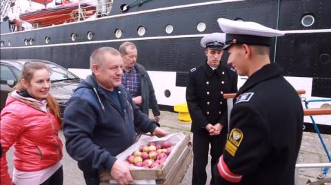 """Польский фермер принес яблоки российским морякам: """"Убедитесь, что Путин лжет"""""""