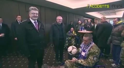 Цинизм: Порошенко подарил мяч безногому инвалиду АТО
