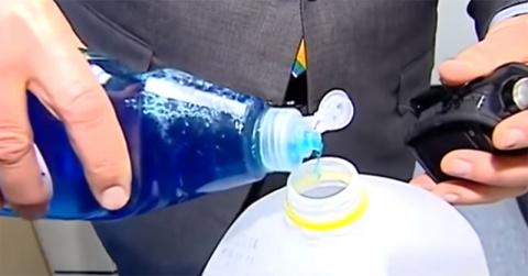 Он смешал воду, спирт и моющее средство… То, что он получил в результате, понадобится каждому!