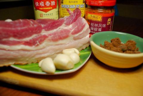 Красная свинина в горшочке