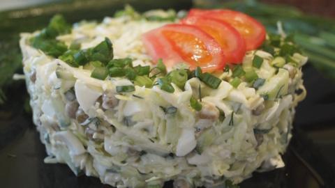 Салат с капустой, яйцом и зе…