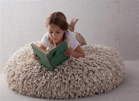 Уютные пуфики, коврики и подушки из старых футболок