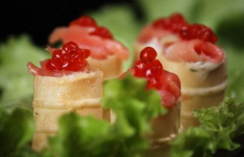 Вафельные корзиночки с красной рыбой и икрой