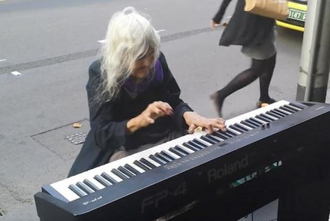 Бездомная старушка играет на…