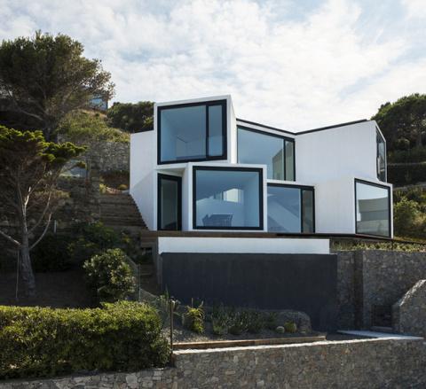 Дом-подсолнух на побережье в Испании