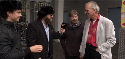 Журналисты Sputnik в шапках-…