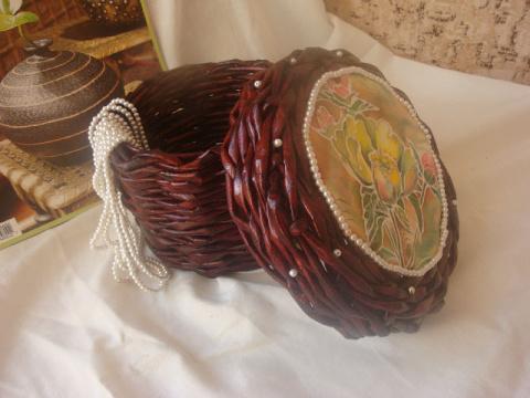 Плетеная из гаетных трубочек шкатулка, Крышка украшена батиком и бисером