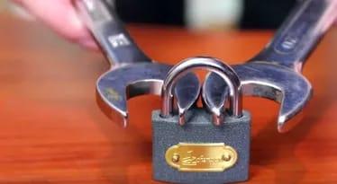 Он приложил два гаечных ключ…