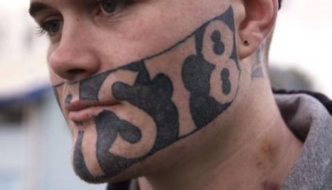 Бывшего зэка с татуировкой на лице не берут на работу