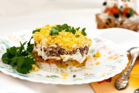 Салат из куриной печени и риса