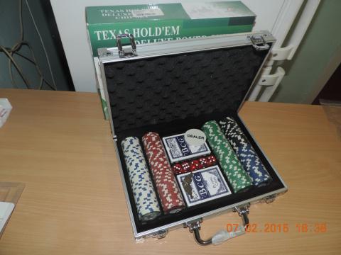 Кейс с фишками и картами для игры в покер.