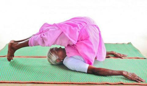 98-летняя женщина является самым старым инструктором йоги в Индии