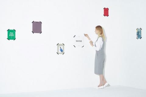 Книжная полка превращает книги в картины на стене