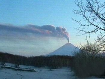 Крупнейший вулкан Евразии: очередное извержение происходило в марте 2007 года (5 фото)