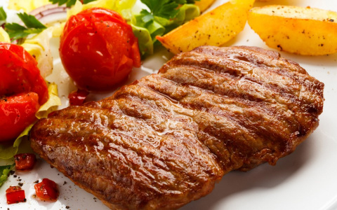 Когда солить мясо при варке и жарке
