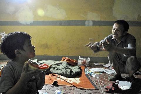 Бомж 8 лет воспитывает ребён…