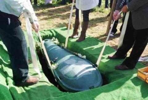Муж хотел, чтобы его похоронили со всеми деньгами. И вот, что сделала хитрая жена. Причем обещание мужу она не нарушила!