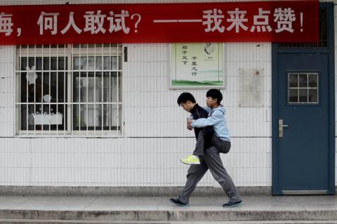 Китайский школьник каждый день носит на занятия своего одноклассника-инвалида