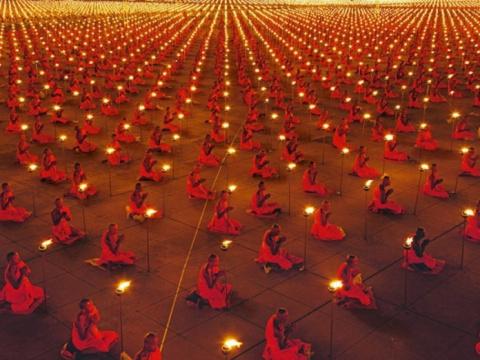 100 000 буддийских монахов в…