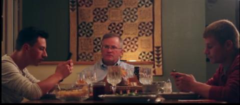 Его дети не выпускали телефоны из рук во время семейного ужина. Реакция отца — бесподобна!