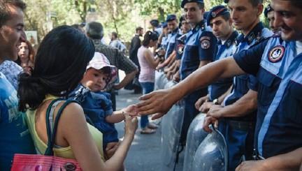 Демонстранты в Ереване продолжили противостояние с полицией