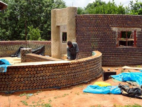 Как построить эко-дом из мус…
