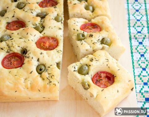 Фокачча с оливками и помидорами